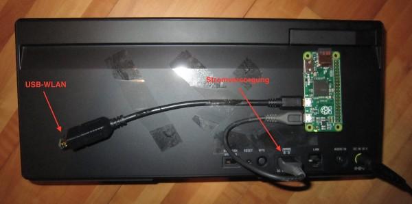 Der Pi Zero ist auf die Rückwand eines Sony-Netzwerklautsprechers geklebt